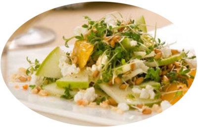 Яблоки в салате с микрозеленью